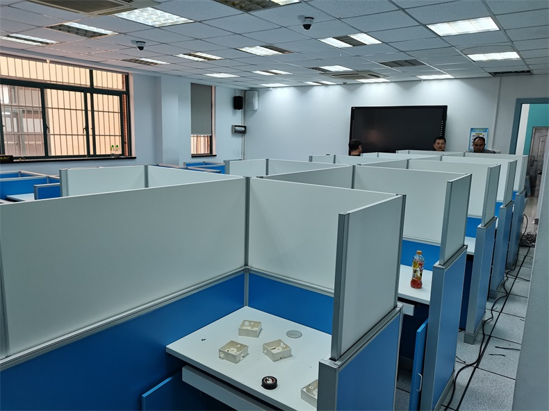 上海科技管理学校德赢体育平台下载安装屏风计算机教室